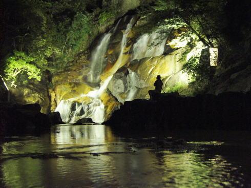 廿日市市 妹背の滝でライトアップ、残暑厳しい夜を癒す光と水音