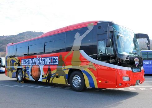 広島ドラゴンフライズの移動バス、チームカラーのオレンジが映える