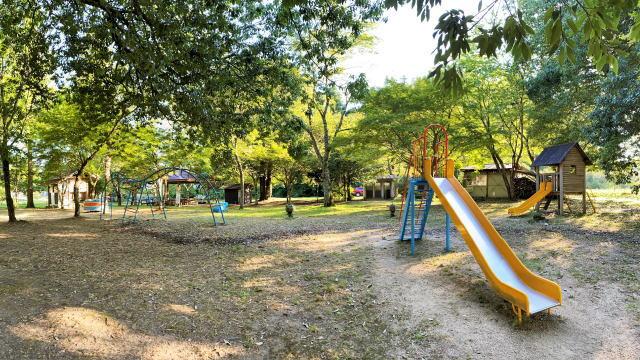 君田こども遊園地 木陰のある川辺の田舎公園