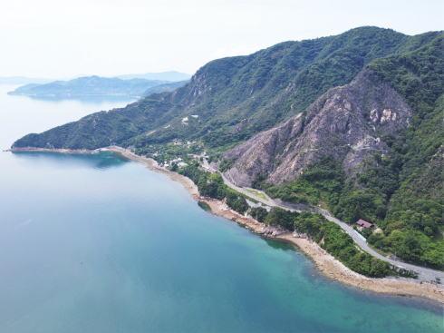 呉市 上蒲刈島 七国見山と中腹の西泊公園全景