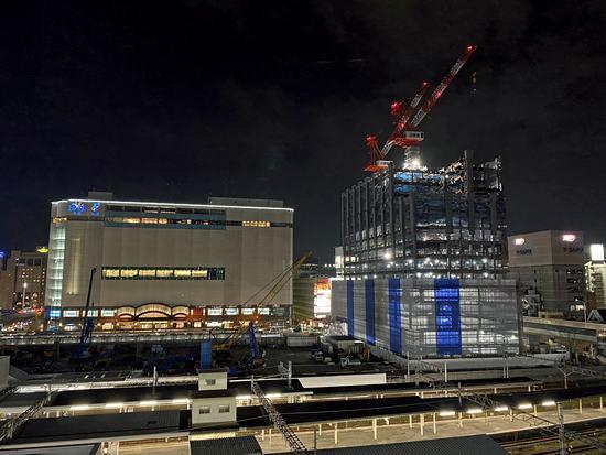 建替えが行われている広島東郵便局と駅前の風景