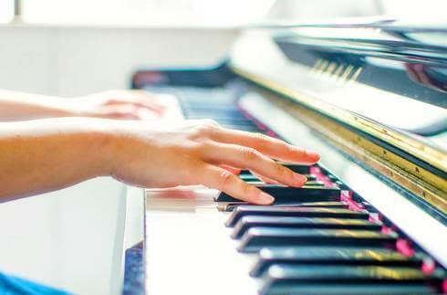 ストリートピアノ、東広島市西条に期間限定で登場「酒まつり」ミニイベント